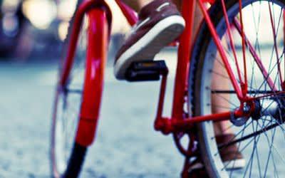 Rotes Fahrrad in der Stadt