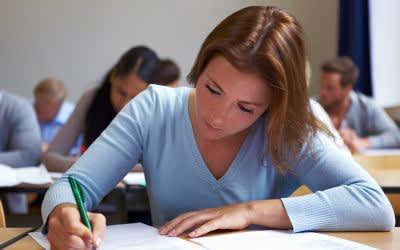 Frau im Unterricht
