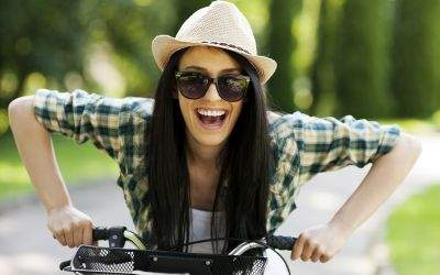 Junge Frau auf Fahrrad lachend