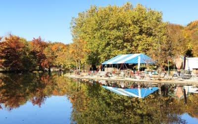 Der Mollsee im Westpark im Herbst