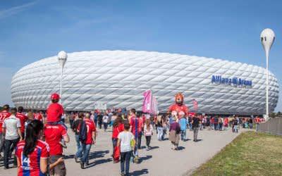 Die Allianz Arena von außen an einem Spieltag