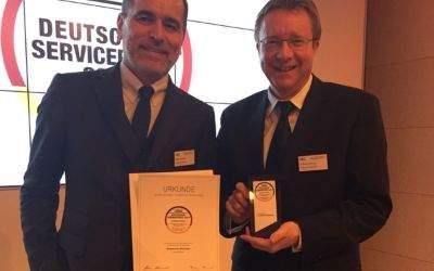 Stefan Tauber (Geschäftsführer Kundenservice, links) und Andreas Brunner (Leiter Marketing und Kommunikation, rechts) haben den Preis stellvertretend in Berlin entgegengenommen