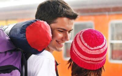Zwei Jugendliche an einem Bahnhof
