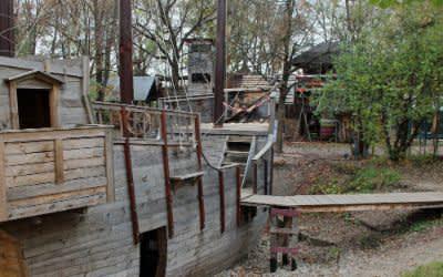 Holzschiff auf dem Abenteuerspielplatz ABIX