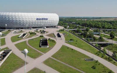 Die Fußball Arena München mit ihrer Esplanade in Fröttmaning