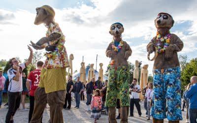 """Tollwood Sommerfestival 2018: die """"Erdboys"""", drei Stelzenfiguren von Björn de Vil"""