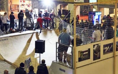 Die Aktion Skatebahnhof in der Schalterhalle des Hauptbahnhofs