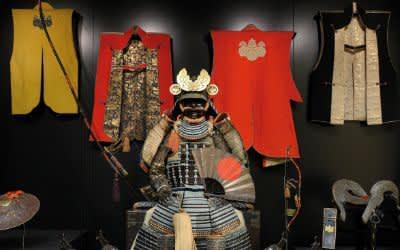 RÜSTUNG (NUINOBEDŌ TŌSEI GUSOKU) UND MILITÄRISCHE AUSSTATTUNG Späte Momoyama- bis Edo-Zeit: um 1600 (Brustpanzer, Helmschale, Schulterschutz); Mitte des 18. Jh. neu montiert