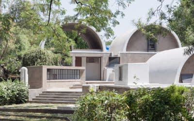 Blick vom Garten auf Doshis Bürogebäude: »Sangath Architect's Studio« Ahmedabad, 1980