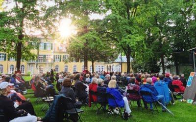 Open-Air-Kabarett vor Schloss Suresnes in Schwabing