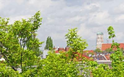Aussicht vom Nockherberg auf die Innenstadt bei Wolken im Frühling