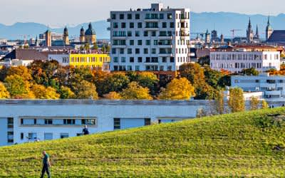Herbst im Olympiapark mit München-Panorama