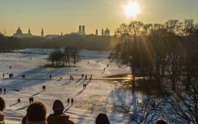 Sonnenuntergang über dem Englischen Garten im Winter