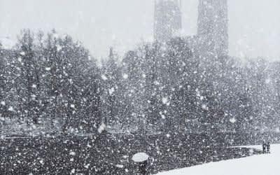Starker Schneefall an der Isar bei St. Maximilian