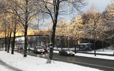 Autoverkehr auf winterlicher Straße mit wenig Schnee