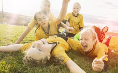 Mädchen jubeln beim Fußballspiel