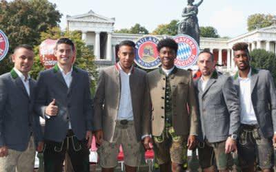 Die Fußballspieler des FC Bayern München, Rafinha (l-r), James Rodriguez, Corentin Tolisso, David Alaba, Franck Ribery and Kingsley Coman, stehen am 23.09.2017 während des Oktoberfestes vor dem Käferzelt in München