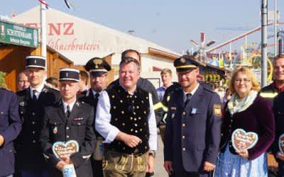Wiesn-Chef Josef Schmid begrüßt französische und italienische Polizisten