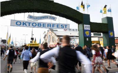 Oktoberfestbesucher stürmen um neun Uhr nach der Eröffnung des Geländes auf die Wiesn