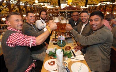 FC Bayern Legenden im Winzerer Fahndl auf dem Oktoberfest.