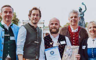 Wiesn-Chef Clemens Baumgärtner (l.), Stefan Murr (3.v.l.), WiesnGentleman Peter B., OB Dieter Reiter, Johanna Bittenbinder (2.v.r.)