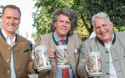Vorstellung des Wirtekrugs 2019 - die Wirtesprecher Peter Inselkammer (l.) und Christian Schottenhamel (r.) und Krugdesigner Maximilian Fliessbach (Mitte)