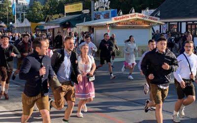 Wiesn-Fans laufen auf das Festgelände