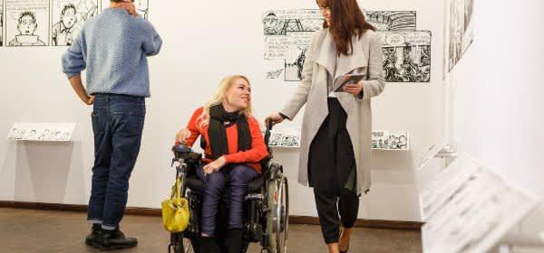 Rollstuhlfahrerin im Museum