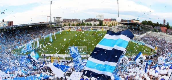 Jubelnde Fans des TSV 1860 München im Grünwalder Stadion