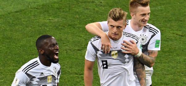 Antonio Rüdiger, Toni Kroos und Marco Reus aus Deutschland jubeln nachdem Toni Kroos das 2:1 erzielt hat.