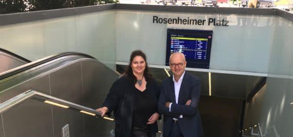 Mareike Schoppe, Leiterin Bahnhofsmanagement München, und Heiko Büttner, Vorsitzender der Geschäftsleitung der S-Bahn München, eröffneten den Muster-Treppenaufgang an der S-Bahn-Station Rosenheimer Platz
