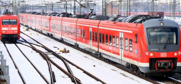 Zugverkehr im Winter am Münchner Hauptbahnhof