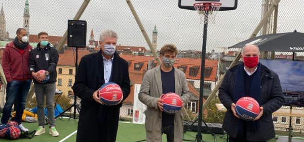 OB Dieter Reiter, Till Hofmann und Uli Hoeneß bei der Eröffnung des Dachsportplatzes