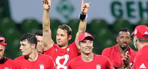 Die Spieler des FC Bayern feiern den achten Meistertitel in Serie