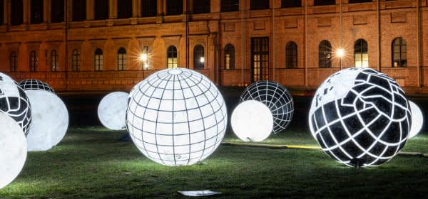 Leuchtkugeln im Kunstareal
