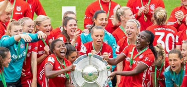 Die Frauen des FC Bayern feiern den Meistertitel.
