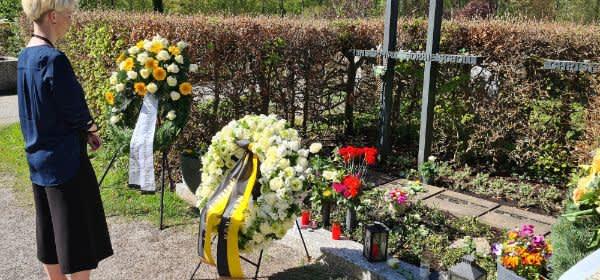 Kathrin Habenschaden am Grab von Sophie Scholl