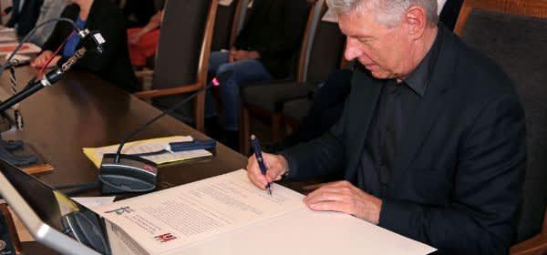 OB Reiter unterzeichnet die Urkunde für die Städtepartnerschaft mit Be'er Sheva