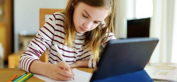 Eine Schülerin mit Tablet im Home Schooling