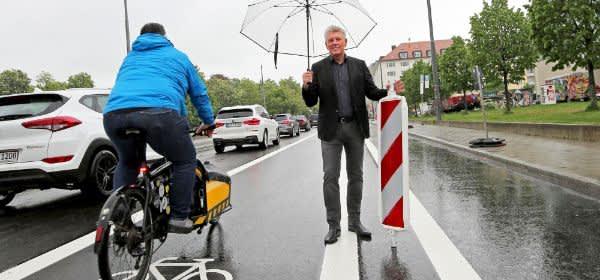OB Dieter Reiter gibt den Radfahrstreifen in der Gabelsbergerstraße frei