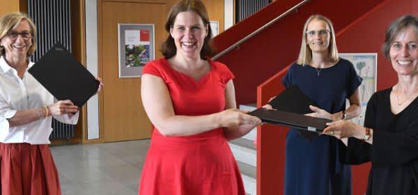 Übergabe der ersten Laptops für Lehrkräfte an Münchner Schulen durch Bürgermeisterin Verena Dietl