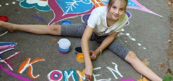 KJR Programm Ferien Extra: Mädchen malt auf der Straße