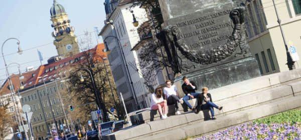 Junge Leute entspannen am Karolinenplatz
