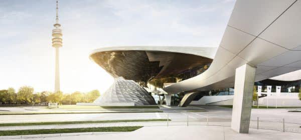 Der Doppelkegel der BMW Welt neben dem Olympiaturm