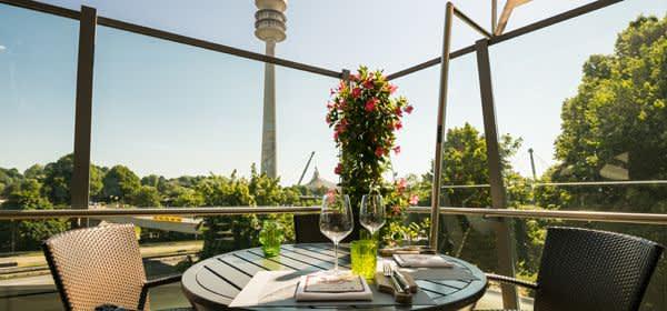 Die Terrasse der Bavarie in der BMW Welt mit Blick auf den Olympiaturm