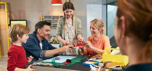 Familie bei einem Kreativworkshop