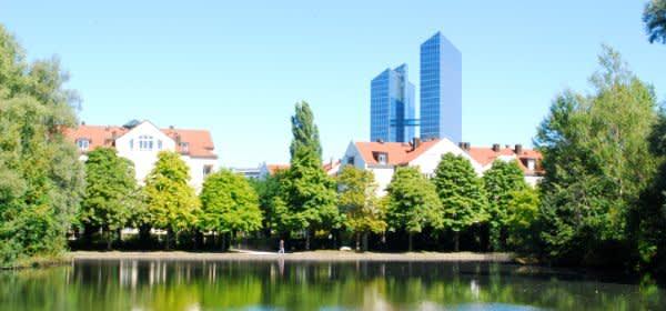Schwabinger See mit den Highlight Towers im Hintergrund