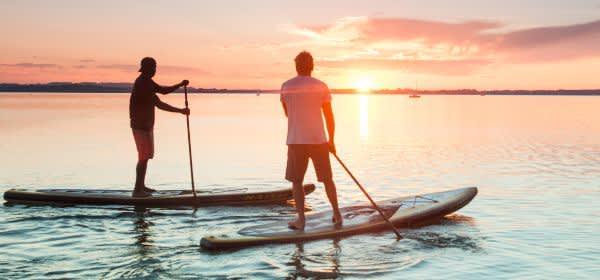 Stand Up Paddler vor Sonnenuntergang