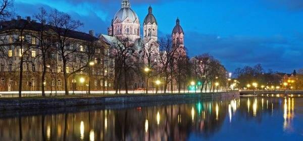 St. Lukas mit Isar zur blauen Stunde
