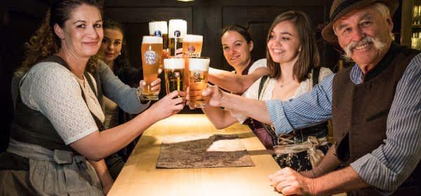 Prost! Anstoßen in der Wirtschaft mit dem Bier der sechs Münchner Brauereien